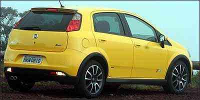 Com detalhes na cor preta, versão fica ainda mais invocada com as rodas maiores, pneus de perfil baixo e saída dupla do escapamento -