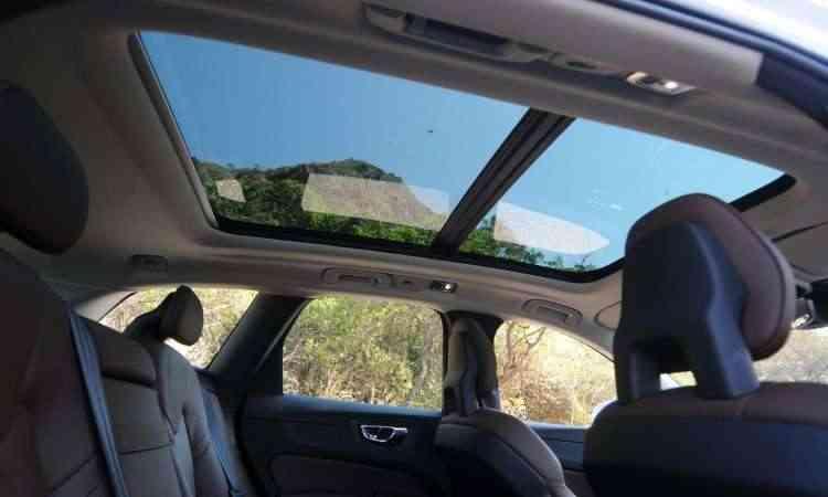 Teto solar panorâmico se estende até o banco traseiro, ampliando a visão dos passageiros - Leandro Couri/EM/D.A Press