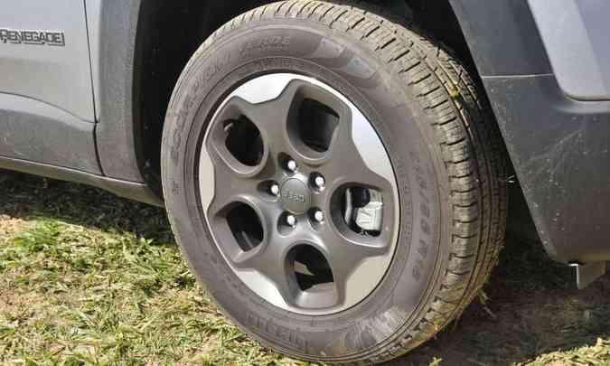 As rodas são de liga leve de 16 polegadas, de série(foto: Juarez Rodrigues/EM/D.A Press)