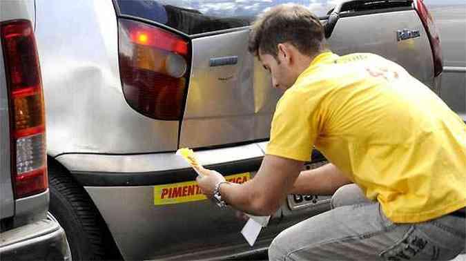 Nas campanhas políticas os candidatos investem muito nos adesivos, que são colados em diversas partes da carroceria (foto: Jair Amaral/EM/D.A PRESS)
