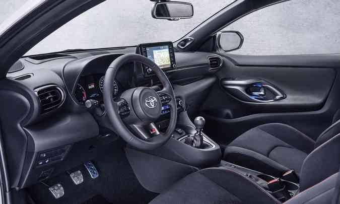 O painel é simples, com sistema multimídia com tela de sete polegadas e conexão por Bluetooth(foto: Toyota/Divulgação)