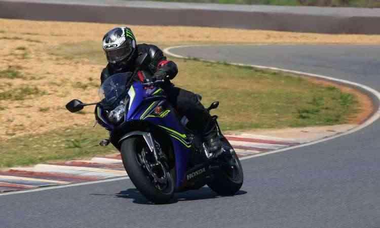 Já a Honda CBR 650 F conta com carenagem para melhorar sua aerodinâmica - Caio Mattos/Honda/Divulgação