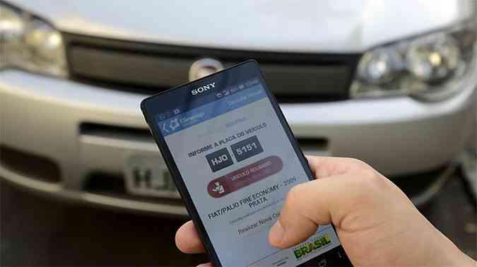Quando um carro roubado é identificado, o usuário pode acionar a polícia imediatamente, através do próprio aplicativo
