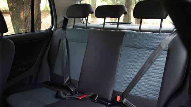 Passageiro que senta no meio não tem nem apoio de cabeça nem cinto de três pontos - Marlos Ney Vidal/EM/D.A Press