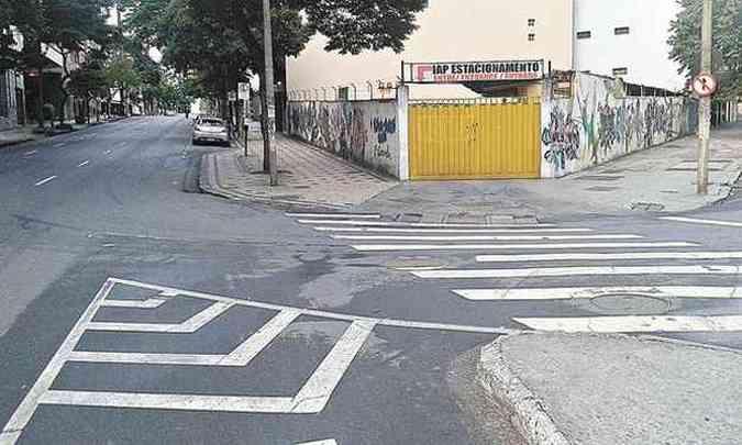 Médico questiona sinalização próxima a estacionamento, onde há marcas de canalização(foto: Aristóbulo Nunes Silveira/Arquivo pessoal)