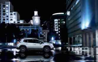 Para dar iimpressão de carro de corrida, modelo conta com trocadores de marcha manuais atrás do volante(foto: Peugeot / Divulgação)
