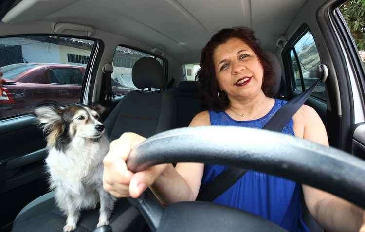 A veterinária Elaine Farias, mastectomizada, espera dias melhores no trânsito - Karina Morais / DP