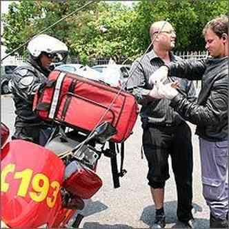 O advogado Ozéias é atendido depois de sofrer acidente com moto, mas sem gravidade