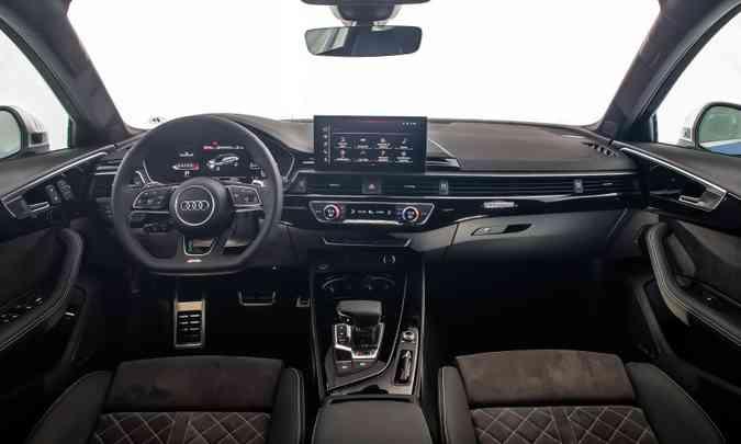O painel tem detalhes em alumínio e acabamento com material emborrachado e revestimento em Alcântara(foto: Audi/Divulgação)