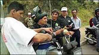 Revendas Honda e BHTrans instalam gratuitamente antenas em motos na campanha educativa(foto: Téo Mascarenhas/Especial para o EM - 22/7/05)