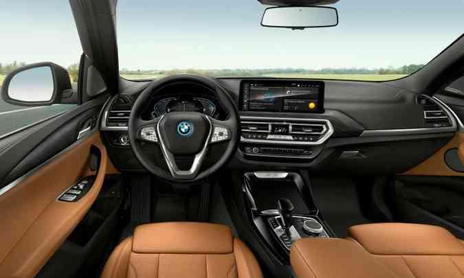 O interior pode ter diferentes opções de acabamento, com detalhes em preto e mocha nos bancos(foto: BMW/Divulgação)