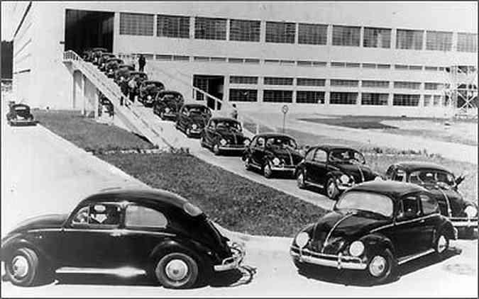 Fila de Fuscas recém-produzidos saindo da fábrica Anchieta, em 1959(foto: Fotos: Volkswagen/Divulgação)
