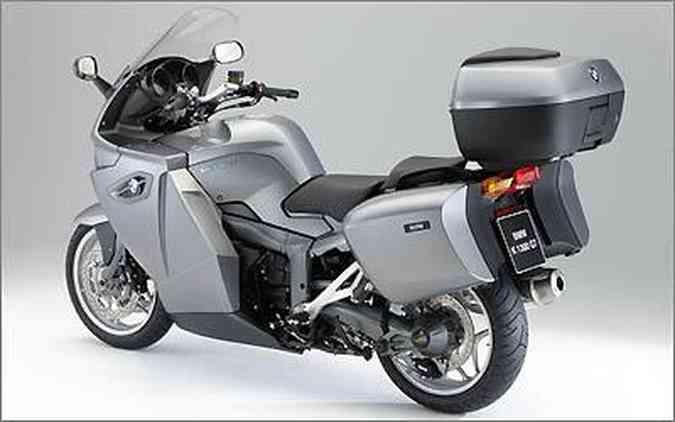 A K 1300 GT Exclusive Edition vem com um baú central com chave e capacidade para 49 litros, na cor da moto; ele também sereve como apoio para o carona