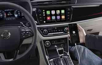 Na cabine, o Korando conta com conectividade Apple CarPlay e Google Android Auto. Foto: Ssang Yong / Divulgação