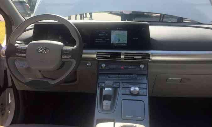 Painel tem tela digital grande que engloba instrumentos e multimídia, enquanto o console flutuante traz uma série de comandos para o motorista(foto: Enio Greco/EM/D.A Press)