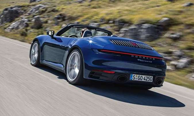 Na traseira, destaque para o defletor de ar e a faixa luminosa que se estende de uma lanterna a outra(foto: Porsche/Divulgação)