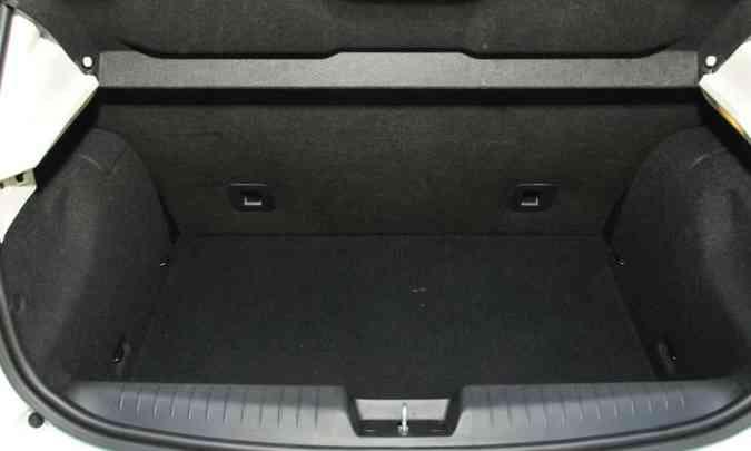 O porta-malas tem bom tamanho, abriga o estepe e conta com iluninação(foto: Ramon Lisboa/EM/D.A Press)