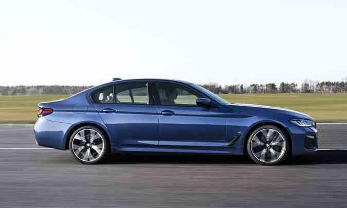 Com distância entre-eixos avantajada, o sedã executivo tem bom espaço interno(foto: BMW/Divulgação)