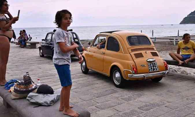À beira mar, moradores da cidade não perderam a oportunidade de fotografar os carros(foto: Marco Bertorello/AFP)