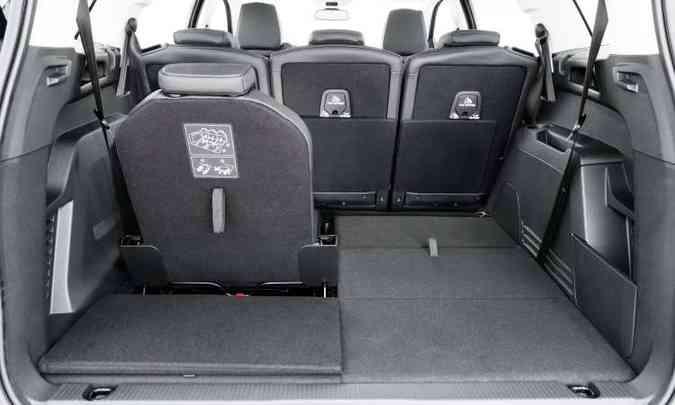 Com três fileiras de bancos, o SUV permite várias configurações diferentes, aumentando o espaço para bagagem(foto: Peugeot/Divulgação)