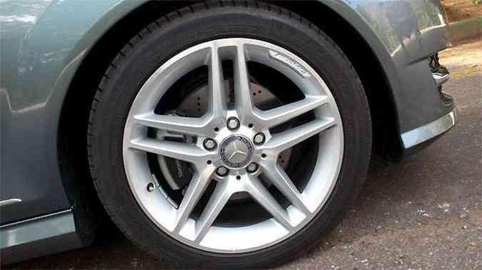 Rodas aro 17 polegadas, com pneus na medida 225/45