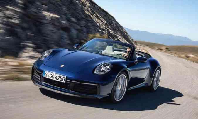 O conversível tem capota com novo sistema hidráulico que abre e fecha em apenas 12 segundos(foto: Porsche/Divulgação)