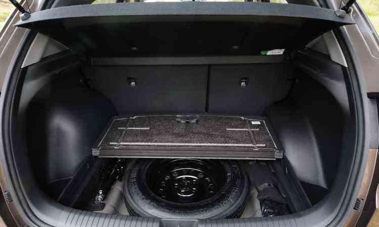 O estepe fica alojado sob a cobertura do porta-malas junto com o macaco e a chave de roda - Gladyston Rodrigues/EM/D.A Press
