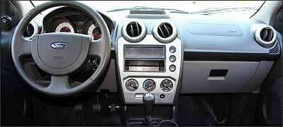 Ford melhorou a qualidade do plástico do painel, mas ainda há algumas rebabas - Fotos: Marlos Ney Vidal/EM - 14/3/07