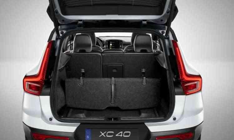 O porta-malas pode ter a capacidade aumentada com o rebatimento do encosto do banco traseiro - Volvo/Divulgação