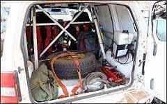Entre as modificações do TR4 R estão o estepe, que foi para o porta-malas, e o interior, que perdeu acabamento e banco, mas ganhou gaiola de reforço, para aumentar rigidez estrutural e proteger piloto e navegador -