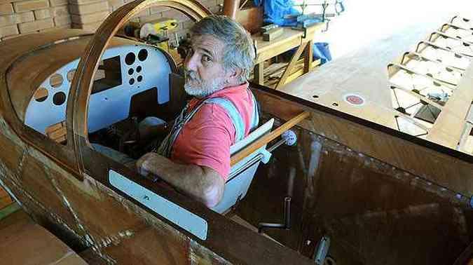 No quintal de casa, ele passa horas trabalhando na aeronave(foto: Marcelo Ferreira/CB/D.A Press)
