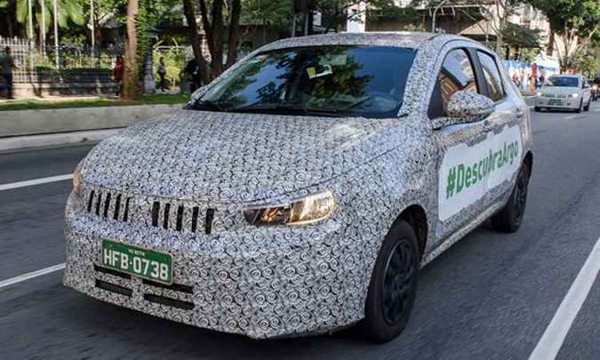 A Fiat iniciou a campanha de apresentação do Argo divulgando o nome do modelo nos protótipos em testes pelas ruas do país(foto: Fiat/Divulgação)