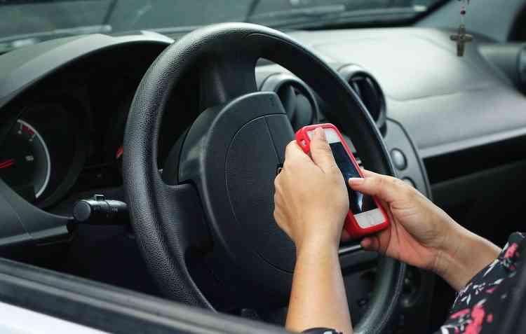 No primeiro semestre de 2018 houve 268,3 mil infrações por uso do celular ao volante. Foto: Thalyta Tavares / DP -