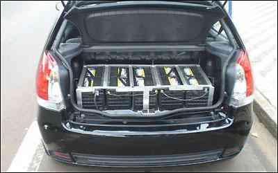 As 25 baterias de chumbo praticamente roubaram todo o espaço no porta-malas do Palio -