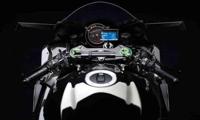 Painel tem destaque para o conta-giros analógico, mas inclui sofisticada tela digital(foto: Kawasaki/Divulgação)
