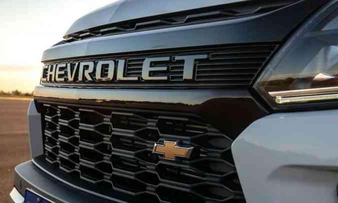A grade da versão de topo tem o nome Chevrolet em relevo e a gravata dourada no canto(foto: Chevrolet/Divulgação)