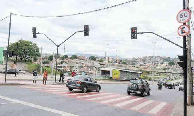 Avanço de sinal na Antônio Carlos. Condutores abusam da desobediência às leis de trânsito(foto: Euler Júnior/EM/D.A Press)
