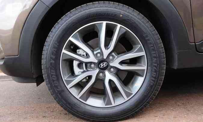 As rodas são de liga leve, de 17 polegadas, calçadas com pneus na medida 215/60 R17(foto: Gladyston Rodrigues/EM/D.A Press)