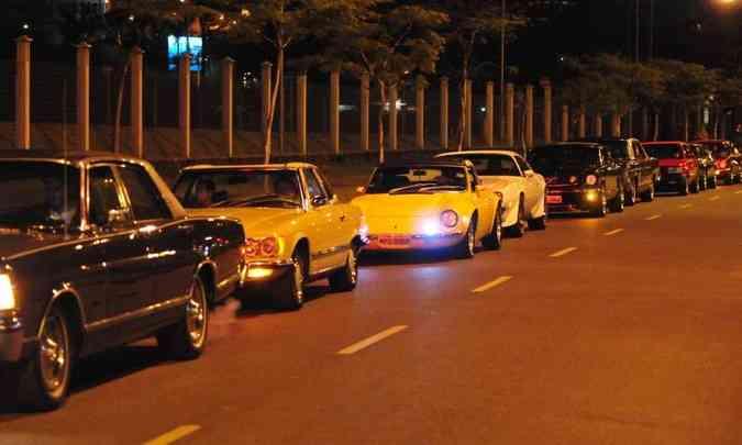 A fila de modelos antigos chamou a atenção de quem transitava pelo condomínio(foto: Túlio Santos/EM/D.A Press)