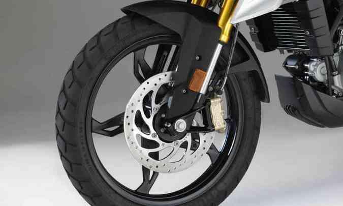 As rodas são de liga leve, com aro de 19 polegadas na dianteira(foto: BMW/Divulgação)