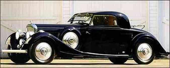 Linhas são equilibradas, com grandes pára-lamas em forma de onda: grade cromada e conjunto com cinco faróis são marcas dos Bentley da época(foto: Fotos: Gooding & Company/Reprodução)