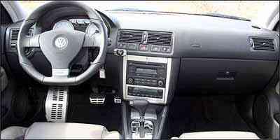 Versão GTI tem volante com formato diferente e painel com fundo branco - Fotos: Marlos Ney Vidal/EM - 16/4/07