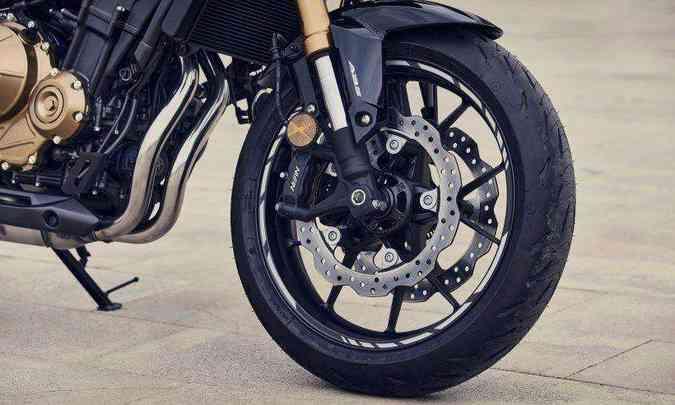 Os freios dianteiros agora contam com duplo disco wave(foto: Honda/Divulgação)