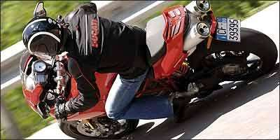Na traseira, os enormes escapes parecem duas bazucas - Fotos: Ducati/Divulgação