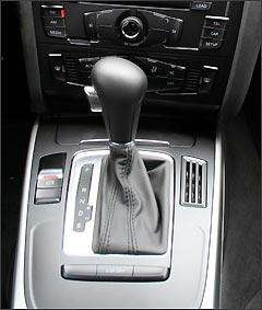 Câmbio do tipo CVT permite trocas no modo automático ou manual, com oito marchas -