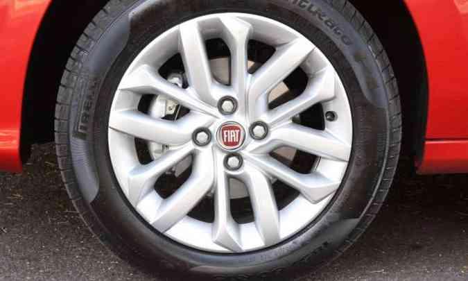 As rodas de liga leve de 15 polegadas são opcionais na versão Drive(foto: Jair Amaral/EM/D.A Press)