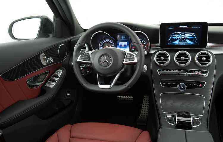Bancos em couro e tela de 8,4 polegadas vêm de série - Mercedes-Benz/Divulgação