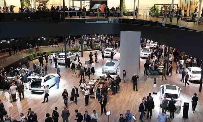 A Mercedes-Benz tem o maior espaço no Salão de Frankfurt, onde também são exibidos modelos da Smart e da Maybach(foto: Daniel Roland e Tobias Schwarz/AFP)