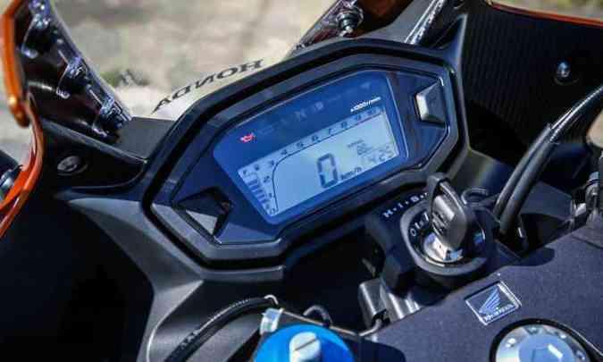 Painel é inteiramente digital e tem o conta-giros em gráfico de barras(foto: Caio Mattos/Honda/Divulgação)