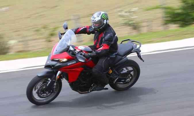 O motor de dois cilindros em L tem quatro modos de pilotagem(foto: Johanes Duarte/Ducati/Divulgação)